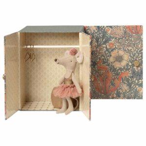 Dance room with big sister mouse Balletkamer